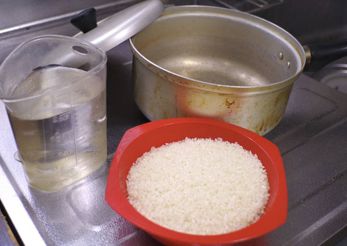 Boiled white rice, used a pot with lid