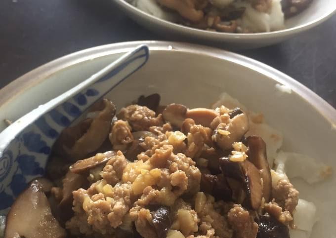Chee Cheong Fun with Mushroom Meat Gravy