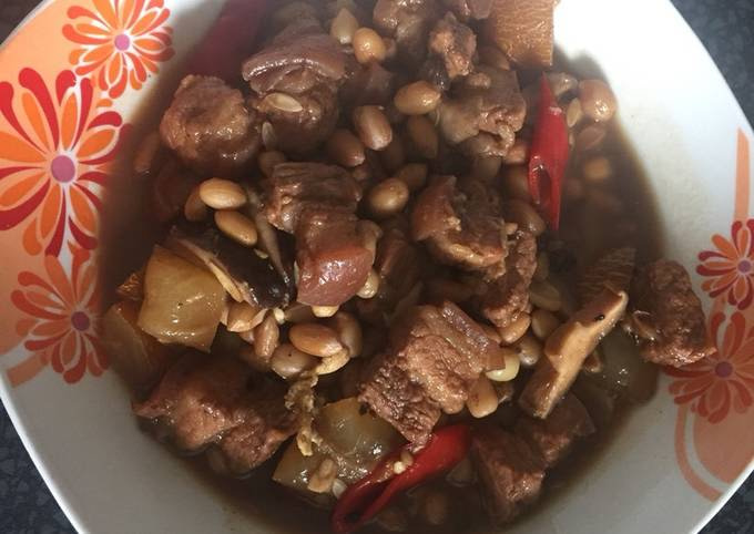 Pork stew with mushroom and nut