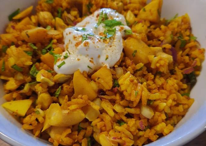 Cold rice salad with apples and cashews, Indian-style
